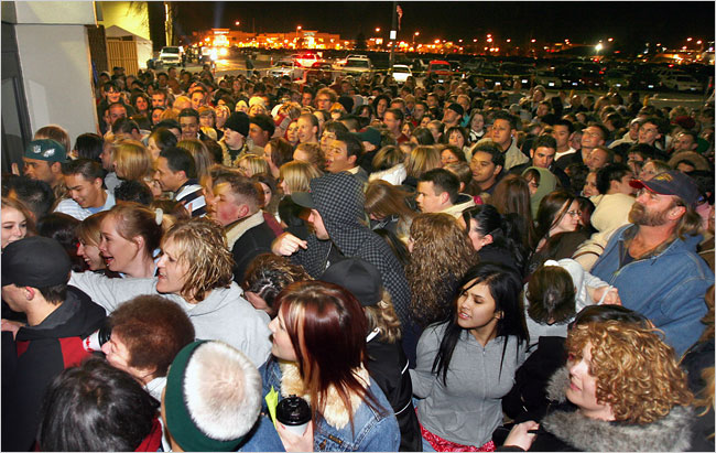 http://www.centives.net/S/wp-content/uploads/2011/11/black-friday-crowd1.jpg